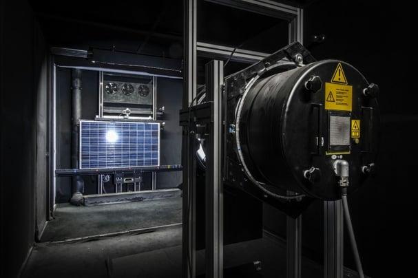 Vermessung_von_Photovoltaikmodulen_im_Solarlabor_ZoomImagelarge.jpg